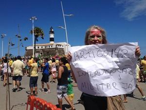 Dentista Joana D´Arc pede intervenção militar em protesto em Salvador (Foto: Cassia Bandeira/G1)