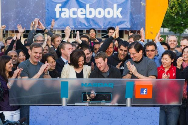 Mark Zuckerberg, president-executivo do Facebook, toca o sino na abertura da Nasdaq nesta sexta-feira (18) (Foto: AP)