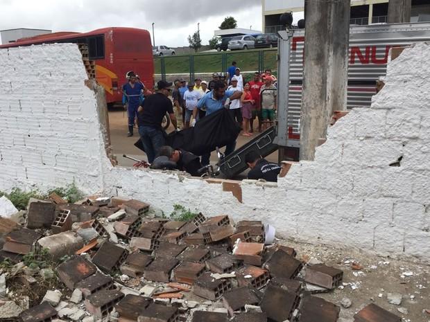 Muro caiu após a colisão (Foto: Walter Paparazzo/G1)