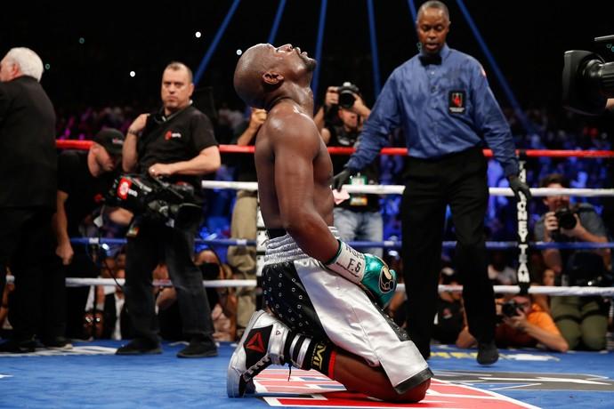 Mayweather comemora sua vitória ajoelhado no ringue (Foto: Ezra Shaw / Getty Images Sport)
