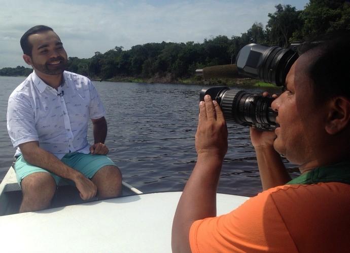 Durante as gravações, teve passeio de barco... (Foto: Paneiro)