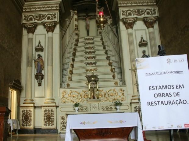 Igreja das Dores está em nova fase de restauro, que tem previsão de ser concluída em novembro de 2017 (Foto: Rafaella Fraga/G1)