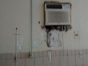 Paredes da unidade de saúde estariam com infiltrações (Foto: Reprodução/TV Asa Branca)