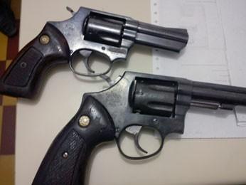 Armas, munições e balanças de precisão foram apreendidas na casa do suspeito (Foto: DCCPes)