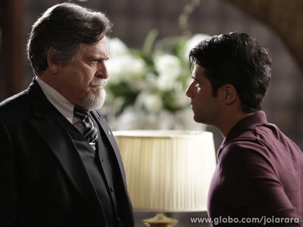 Franz pressiona Ernest e pergunta se ele tem envolvimento no atentado a Mundo (Foto: Fábio Rocha/TV Globo)