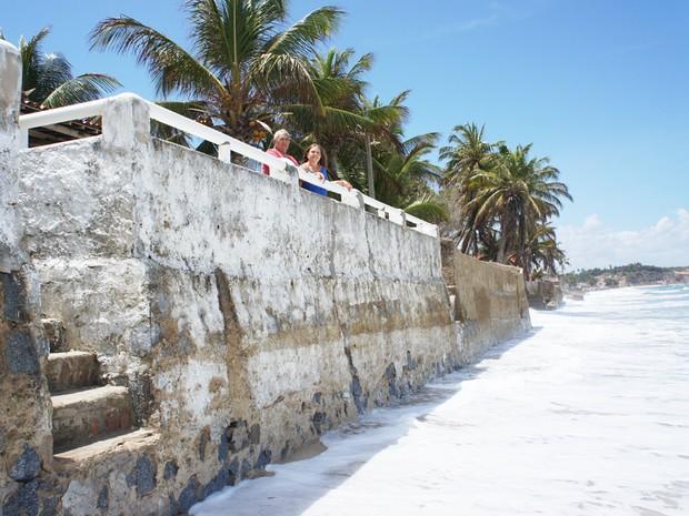 O casal Manoel e Eione Veríssimo já gastou mais de R$ 10 mil com a construção de quebra-mar para proteger casa em Baía da Traição (Foto: Inaê Teles/G1)