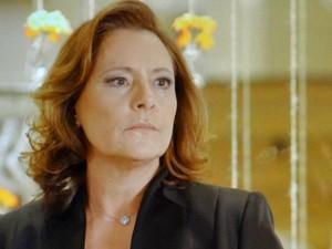 Tina fica de mãos atadas diante da enteada (Foto: TV Globo)