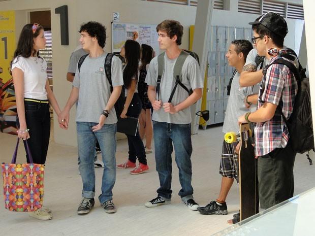 Ju põe Dinho 'na coleira' e a meninos do colégio não deixam barato  (Foto: Divulgação/TV Globo)