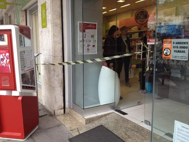 Loja foi assaltada na manhã deste sábado (18) em Porto Alegre (Foto: Luciane Kohlmann/RBS TV)