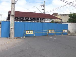 Rua Sebastião Donato foi fechada por causa da montagem da estrutura do São João de Campina Grande nesta terça-feira (5) (Foto: Reprodução/TV Paraíba)
