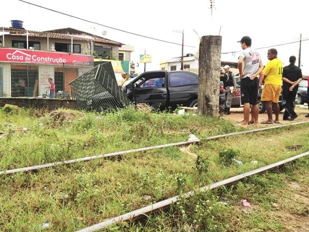 Carro bate em trem em Cabedelo, na Paraíba (Foto: Walter Paparazzo/G1)