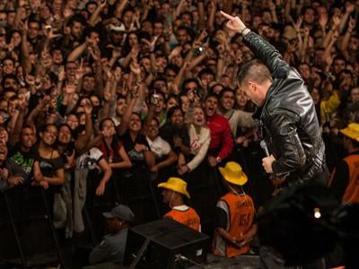 Brandon Flowers, do Killers, canta no último show da sexta-feira de festival (Foto: Cambria Harkey/Divulgação/Lollapalooza)