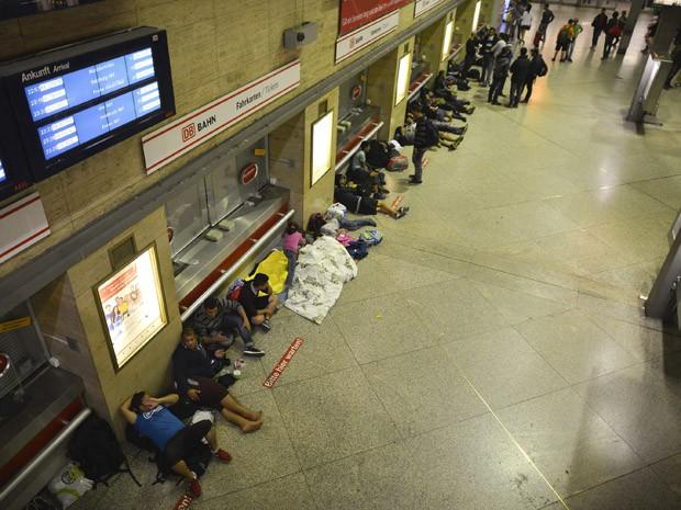 Refugiados dormem na estação central de Munique, no sábado (12) (Foto: AFP PHOTO/PHILIPP GUELLAND)