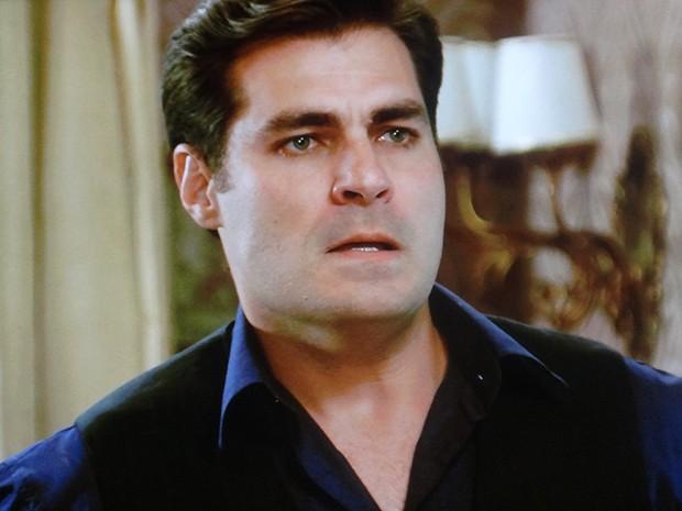 Marcos fica irritado ao procurar Caíque e não encontrá-lo (Foto: TV Globo)