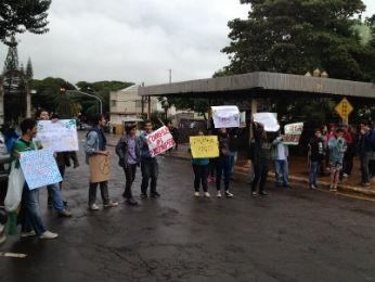 Grupo de manifestantes se reuniu em frente à prefeitura de Cambé com cartazes (Foto: Ticianna Mujali/RPCTV Londrina)