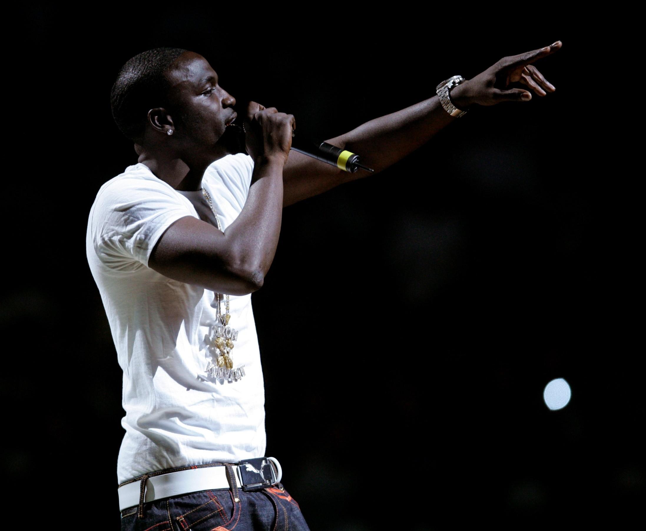107 Akons brasileiros nasceram depois dos anos 2000, quando o cantor estourou (Foto: CHARLES KRUPA/AP)