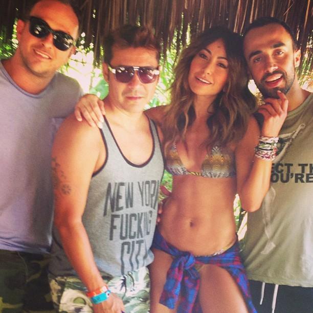 108a099db68ec Sabrina posa ao lado de amigos (Foto  Instagram  Reprodução)