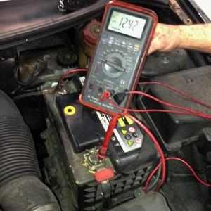 Teste do alternador deve ser feito no mecânico (Foto: Denis Marum/G1)