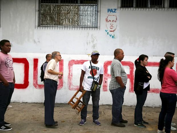 Pessoas fazem fila para votar nas eleições parlamentares em Caracas, Venezuela, neste domingo (6) (Foto: REUTERS/Nacho Doce)