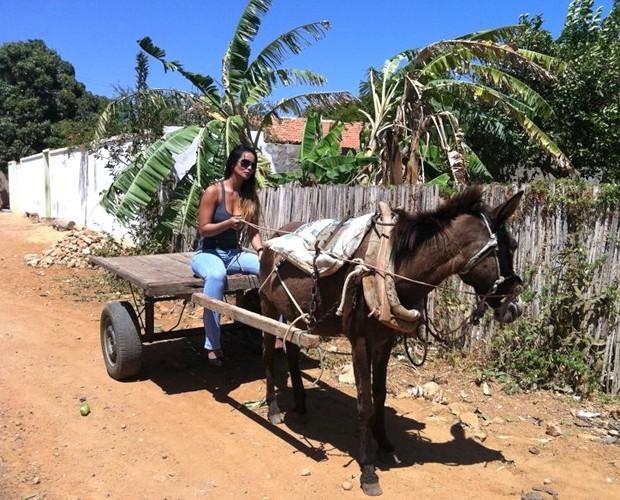 Carol Nakamura chegou à gravação em uma carroça!  (Foto: Domingão do Faustão/TV Globo)