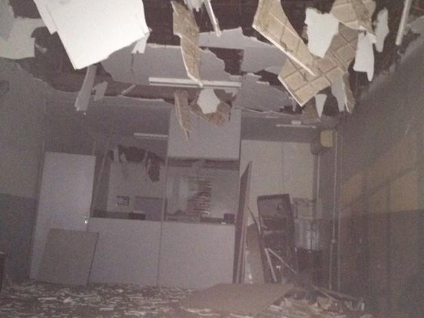 Posto ficou destruído após a explosão durante a madrugada (Foto: Divulgação/Polícia Militar)