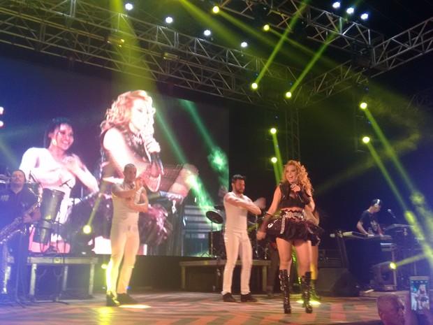 """""""Hoje é dia de festa. Chorar nunca mais, só se for alegria"""", disse cantora em show de Palmas (Foto: Gabriela Lago/G1)"""