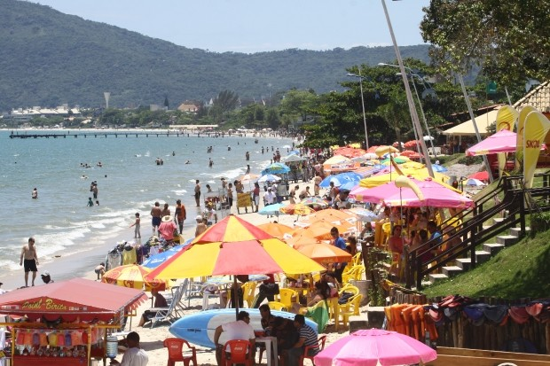 Praia de Canasvieiras é uma das mais procuradas por turistas do verão em Florianópolis (Foto: James Tavares/Secom)