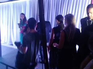 Juliana Paes (de costas com cabelo preso) na rampa de saída após passagem por festa de novela (Foto: Léo Martinez/EGO)