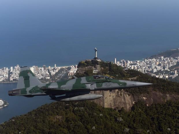 Aeronave passa pelo Cristo em treinamento do Exército para Olimpíada (Foto: André Durão/ Globoesporte.com)