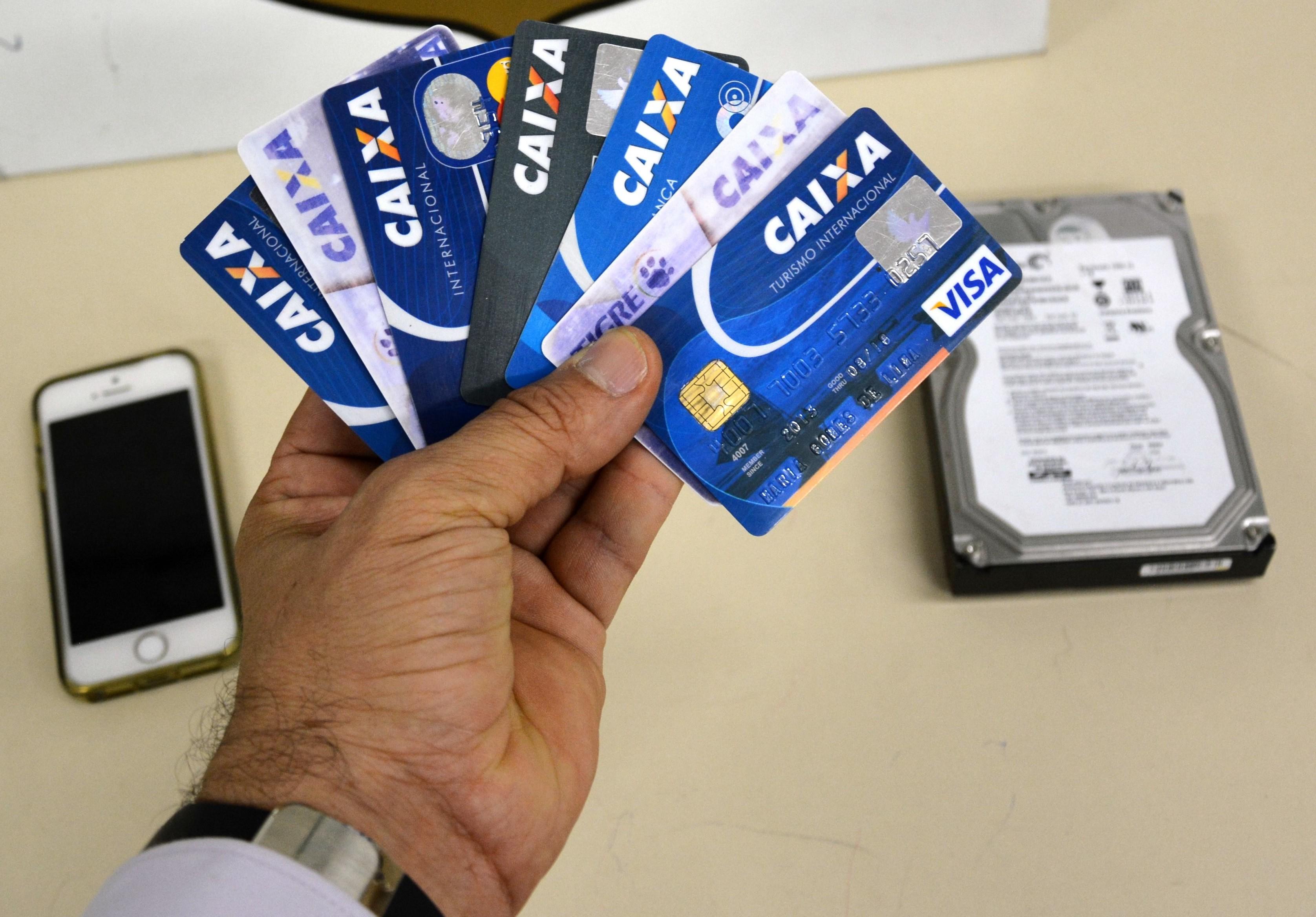 Supostos cartões clonados apreendidos com homem em Caruaru, Pernambuco (Foto: Divulgação/ Polícia Federal)