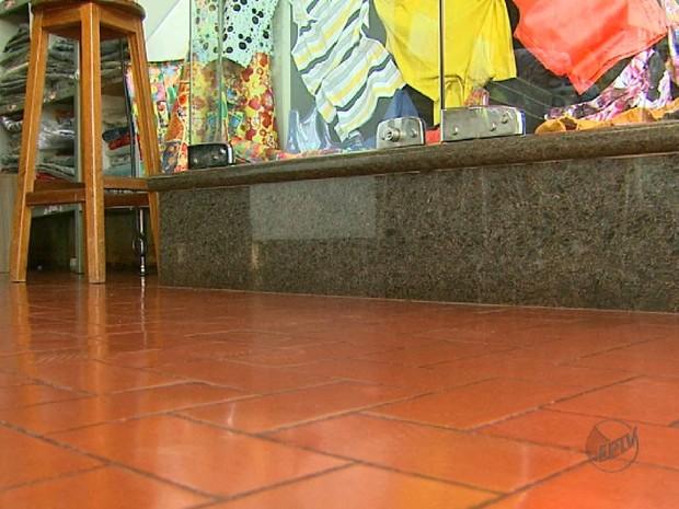 Vitrine da loja do comerciante Donizete Araújo precisou ser reformada para evitar entrada da água (Foto: Reprodução/EPTV)