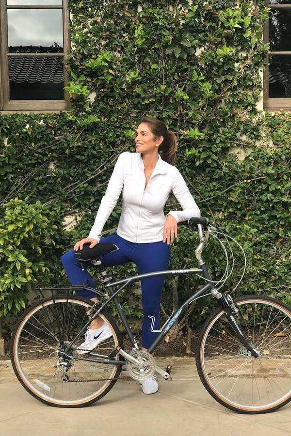 Cindy Crawford é adepta de diversas atividades físicas: corrida, bike, HIIT, ioga... (Foto: Instagram/Reprodução)