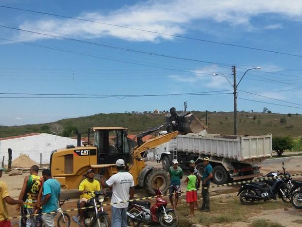 Uma escavadeira inicia o trabalho de limpeza da região atingida (Foto: Clauwelivan Santana Rocha/ Arquivo Pessoal)