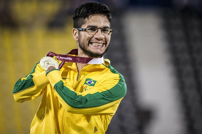 Yohansson exibe a sétima medalha em Mundiais: mais um ouro para a coleção (Foto: Daniel Zappe/MPIX/CPB)