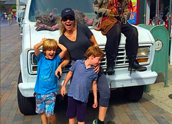 A atriz Brooke Mueller com seus dois filhos (Foto: Instagram)