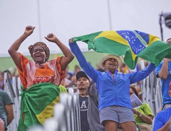 Torcida na arena de vôlei em Copacabana. (Foto: Pedro Farina/ Epoca)
