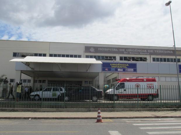 Feridos em acidente com ônibus e caminhão-taque estão internados no HUT (Foto: Catarina Costa / G1)