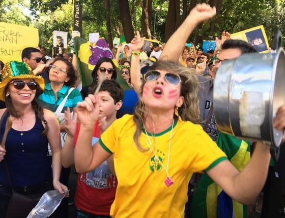 Rosana Breviglieri, diretora de uma escola de inglês, bate panela na Paulista (Foto: Luís Lima/ÉPOCA )