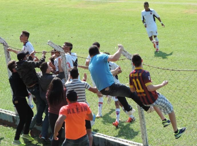 André Baraka (laranja) corre para comemorar o primeiro gol do jogo com seu sobrinho (Foto: Mateus Tarifa / GloboEsporte.com)