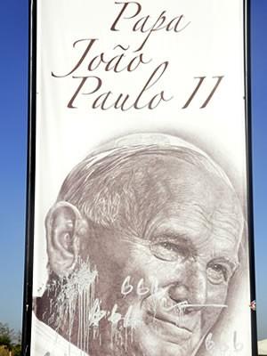 Memorial do Papa pichado em Cuiabá (Foto: Denise Soares/G1)