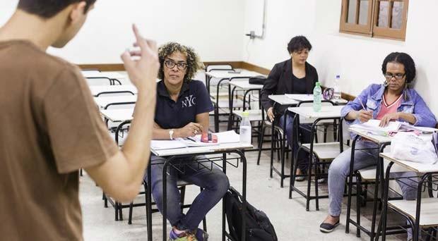 Projeto funciona em sala de escola estadual cedida pelo governo; equipe conta com 12 professores e mais de 30 monitores, todos voluntários (Foto: Bruno Figueiredo/Área de Serviço)