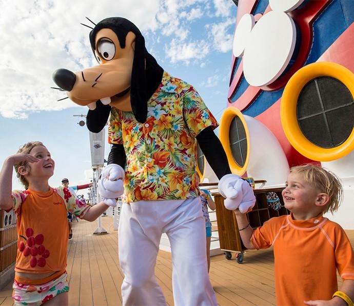 Crianças encontram com os personagens da Disney durante todo o cruzeiro (Foto: Disney Cruise Line)