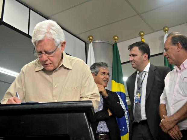 Ministro Moreira Franco, à esquerda, assina a ordem de serviço (Foto: Veriana Ribeiro/G1)