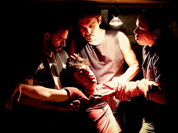 Roni tenta ajudar Suelen e acaba sofrendo as consequencias (Foto: Avenida Brasil / TV Globo)