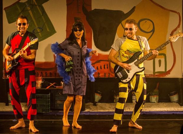 Atores da Cia. Barracão Cultural cantam e dançam ao som de muito rock (Foto: Cacá Diniz)