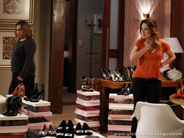 Madá e Malu especulam sobre quem ajudou Amora no bazar fake (Foto: Sangue Bom/TV Globo)