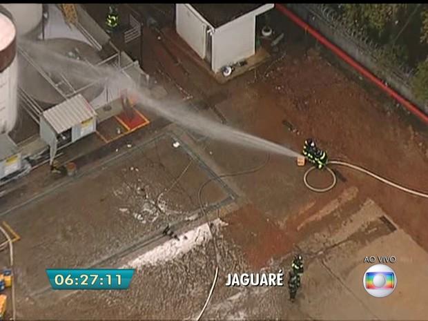Incêndio atinge indústria no Jaguaré (Foto: Reprodução/TV Globo)