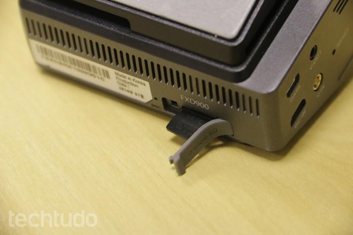 A Thinkware FXD900 conta com um Micro SD de 32 GB (Foto: Lucas Mendes/TechTudo)