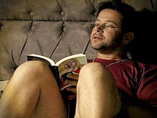 Tufão com o livro 'Madame Bovary' (Foto: TV Globo)