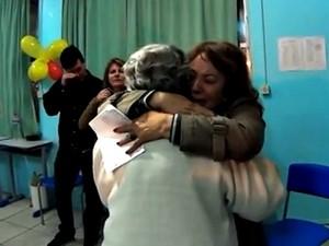 Vó Nina abraça a filha Zaida após ler a carta (Foto: Reprodução / RBSTV)